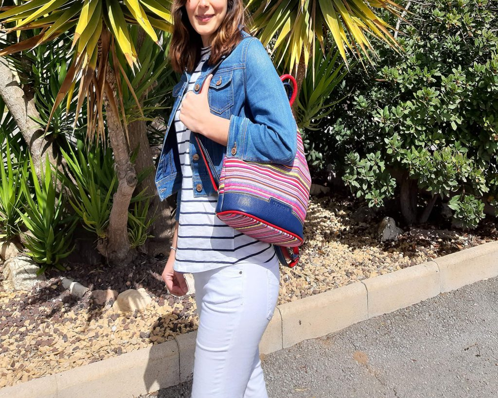mochila antirrobo de lona rayas y piel con modelo 2